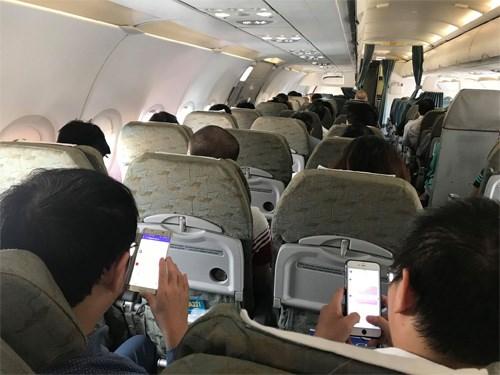 Dùng điện thoại khi máy bay cất, hạ cánh sẽ bị phạt 3-5 triệu đồng