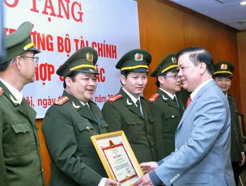 Bộ trưởng Bộ Tài chính tặng Bằng khen cho 5 tập thể và 28 cá nhân ngành Công an