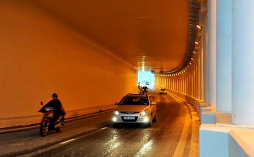 Mức phạt đối với người điều khiển xe không bật đèn khi đi trong hầm