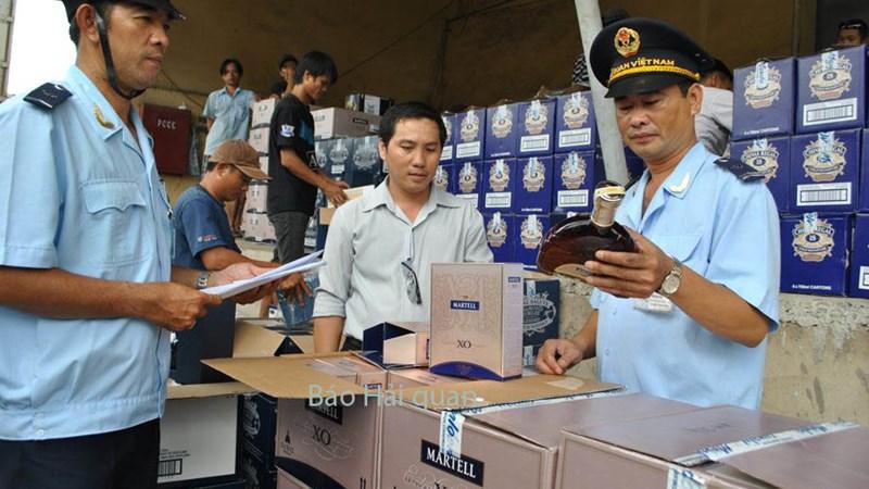 Khởi tố vụ buôn lậu rượu qua cửa khẩu Tân Sơn Nhất