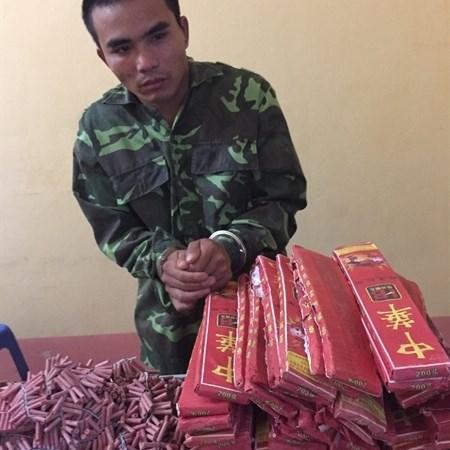 Hải quan Lào Cai phối hợp bắt giữ 121 bánh pháo nổ