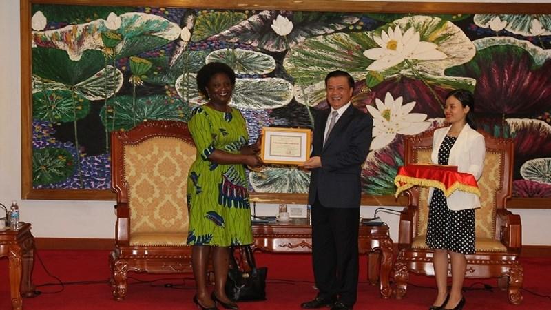 """Lễ trao tặng Kỷ niệm chương """"Vì sự nghiệp Tài chính"""" cho bà Victoria Kwa Kwa"""
