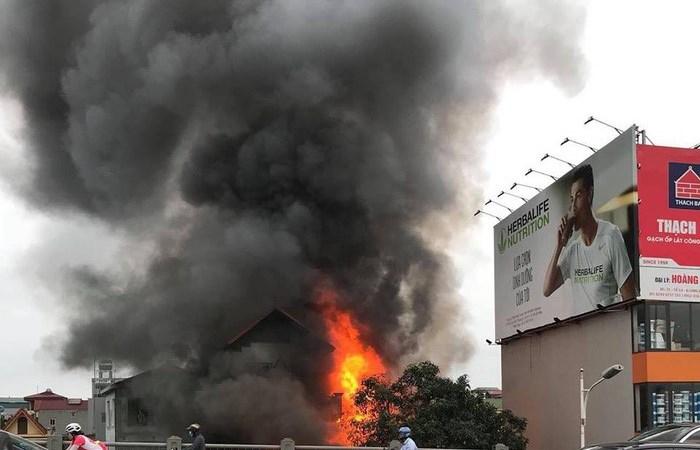 Cháy lớn cạnh chân cầu Vĩnh Tuy