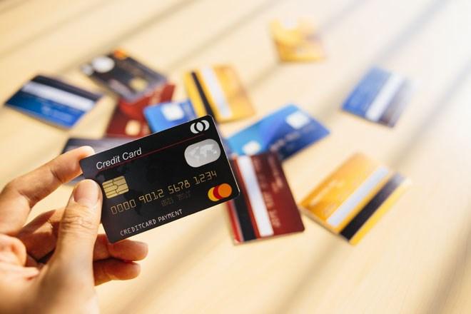 Việc cấp tín dụng qua thẻ tín dụng phải đảm bảo yêu cầu nào?