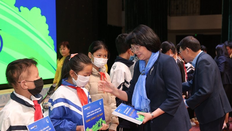 Trao quà tặng cho trẻ em hiếu học có hoàn cảnh khó khăn tại Bắc Giang