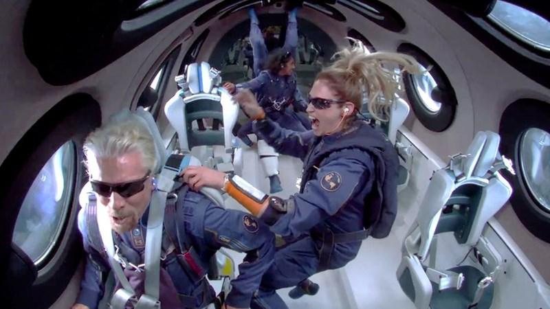 Tỷ phú Richard Branson bay lên rìa vũ trụ trên máy bay