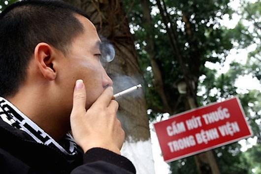 Kiểm tra, xử phạt đối với hành vi hút thuốc lá nơi công cộng