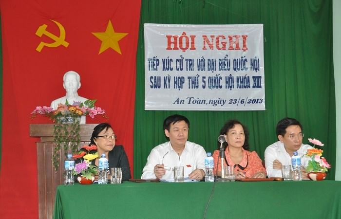 Trưởng Ban Kinh tế Trung ương Vương Đình Huệ công tác tại xã vùng cao
