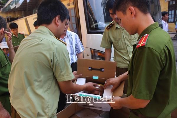 Phát hiện 2 xe ô tô chở nhiều hàng Trung Quốc nhập lậu