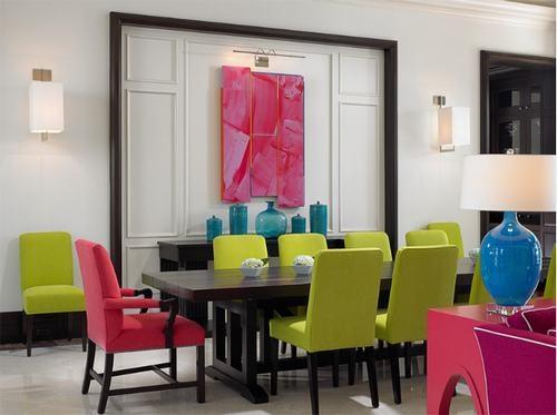 Phòng ăn hiện đại với ghế tựa xanh lá