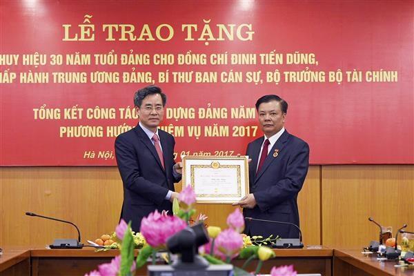 Bộ trưởng Đinh Tiến Dũng đón nhận huy hiệu 30 năm tuổi Đảng