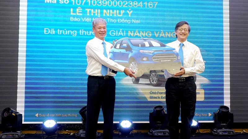 """Khách hàng đầu tiên trúng thưởng ô tô trong """"Nắng vàng biển xanh cùng Bảo Việt"""""""