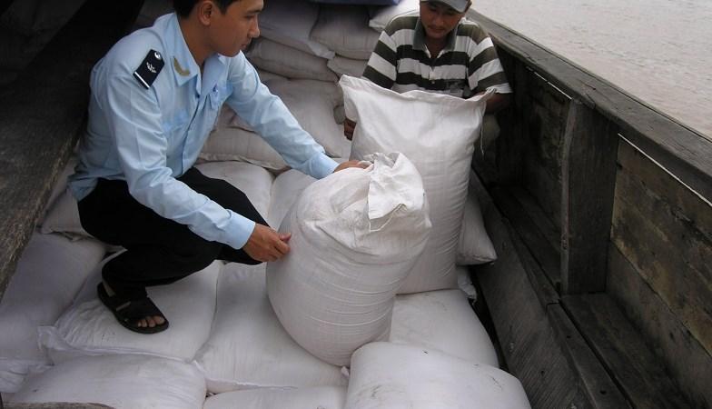 Khen thưởng thành tích phát hiện, bắt giữ 105.550 kg đường nhập lậu