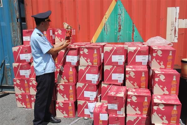 Hàng lậu trong những container hàng chuyển cảng
