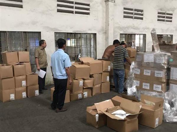 Bắt lô hàng quà biếu chứa đầy thực phẩm chức năng nhập khẩu từ Trung Quốc