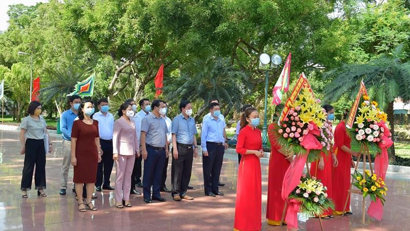 Bộ trưởng Bộ Tài chính Hồ Đức Phớc dâng hương tạiBảo tàng Quang Trung