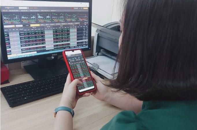 Cổ phiếu ngân hàng kéo VN-Index ngược dòng tăng hơn 13 điểm