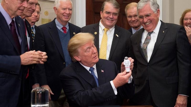 Tổng thống Trump muốn NASA lên Sao Hỏa thay vì Mặt Trăng