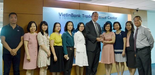 """VietinBank nhận giải """"Ngân hàng xử lý giao dịch thanh toán quốc tế xuất sắc"""""""