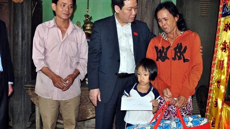 Đại biểu Quốc hội Vương Đình Huệ tiếp xúc cử tri và đi thăm các gia đình có người chết, mất tích trong lũ tại Bình Định