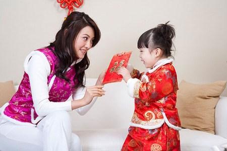 Dạy bé cách ứng xử với tiền mừng tuổi