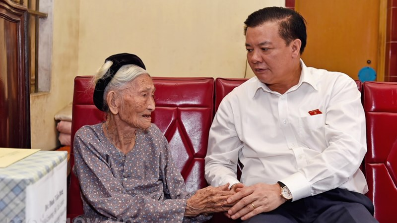 Bộ trưởng Đinh Tiến Dũng thăm và tặng quà Bà mẹ Việt Nam Anh hùng