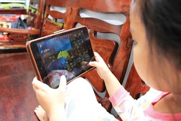 Những nguy hại khi trẻ dùng thiết bị thông minh