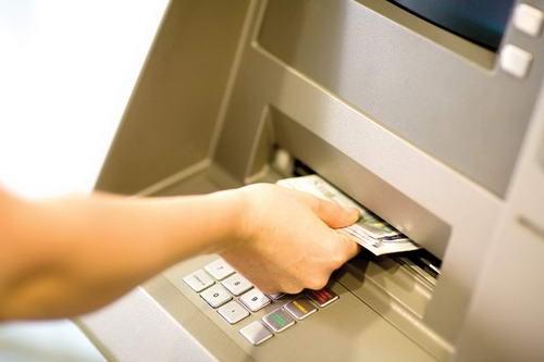 Nhiều ngân hàng không thu phí rút tiền ATM nội mạng
