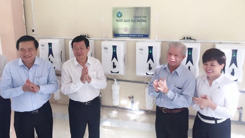 Novaland trao tặng 346 máy lọc nước cho 27 trường học tại Long An