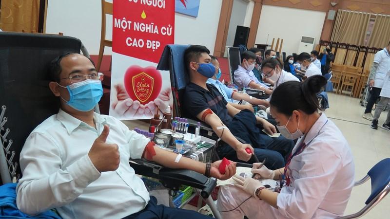 """BHXH Việt Nam tổ chức hiến máu tình nguyện """"Hiến máu an toàn - đừng ngại Covid"""""""