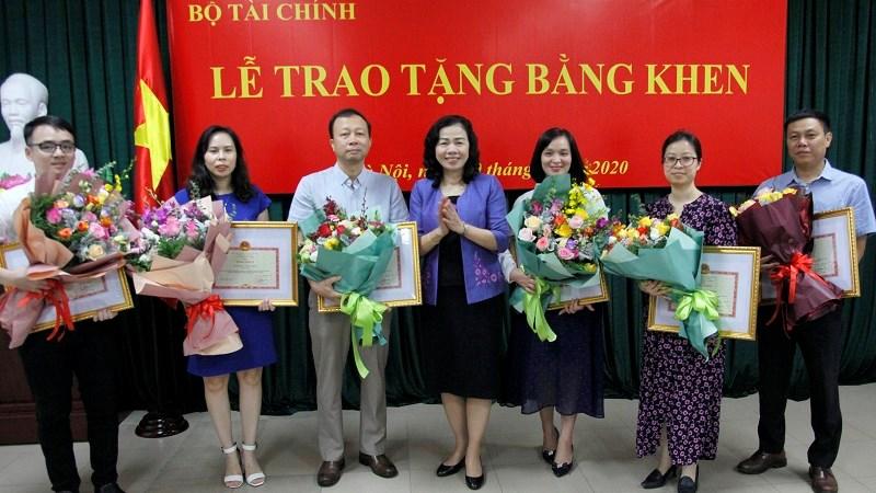 Trao tặng Bằng khen của Bộ trưởng Bộ Tài chính cho các cơ quan báo chí và phóng viên
