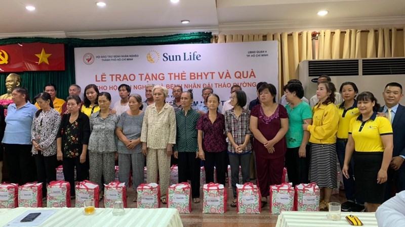 Sun Life trao tặng 537 thẻ BHYT và 80 phần quà cho các hộ gia đình tại TP. Hồ Chí Minh