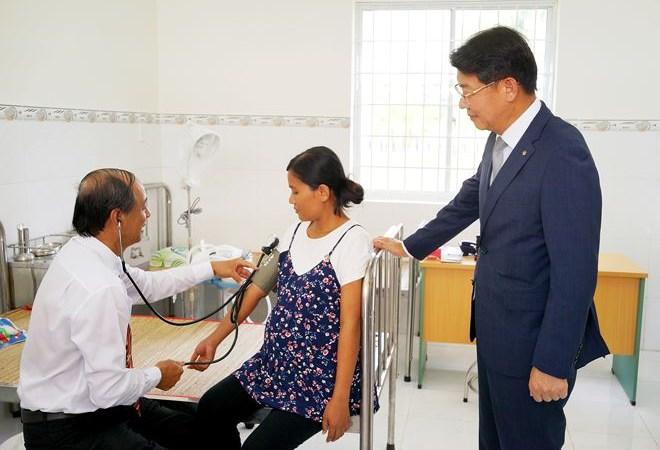 Hanwha Life Việt Nam trao tặng Trung tâm y tế tại tỉnh Trà Vinh