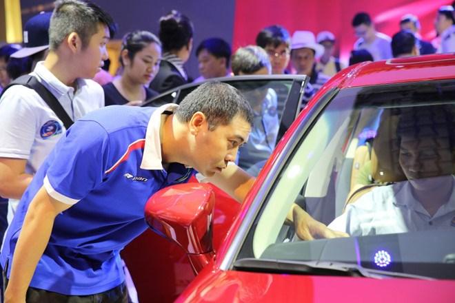 Người Việt mua hơn 300.000 ô tô năm 2016