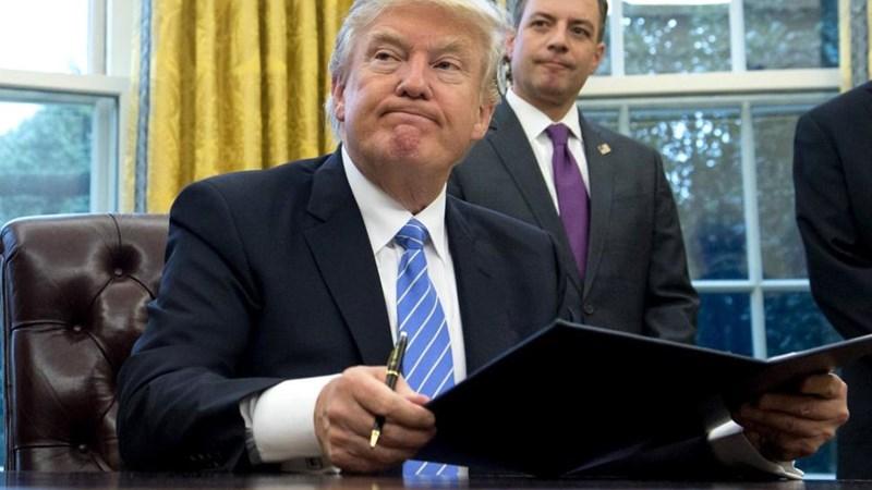 Tổng thống Trump cam kết hủy bỏ các quy định cải cách Phố Wall