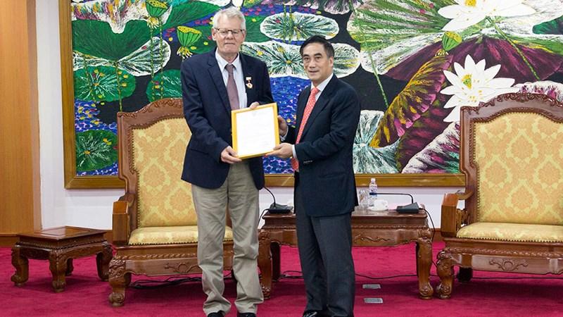Bộ Tài chính trao tặng Kỷ niệm chương vì sự nghiệp ngành Tài chính cho Giám đốc IFAD