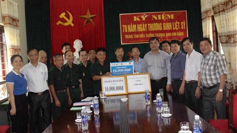 Công đoàn Bộ Tài chính thăm và tặng quà cho các thương, bệnh binh tại Hà Nam