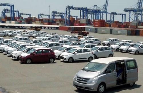 Ô tô nhập khẩu ồ ạt vào Việt Nam dịp cuối năm