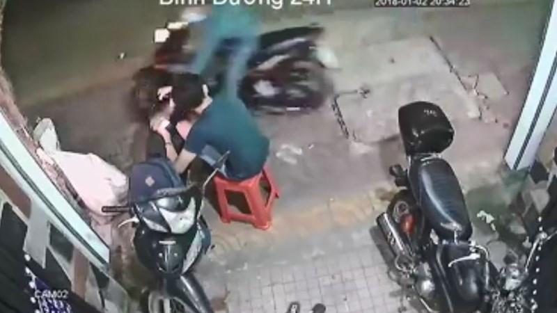 [Video] Bị giật điện thoại khi đang ngồi trước nhà