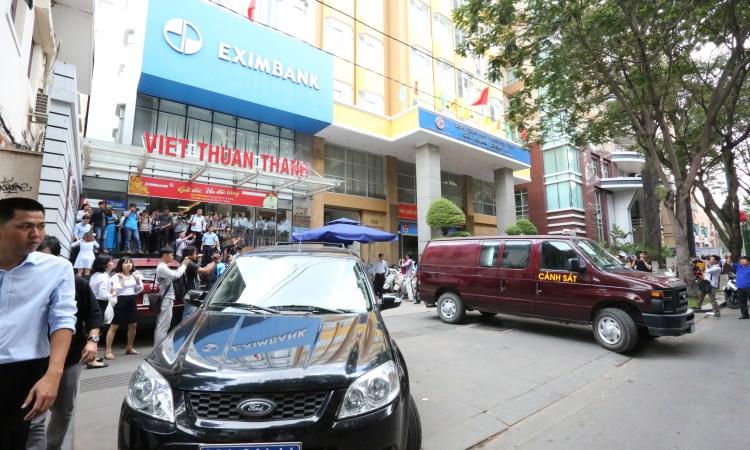 [Video] Ngân hàng Eximbank TP. Hồ Chí Minh bị khám xét sau vụ khách mất 245 tỷ