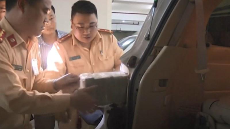 [Video] 3 khoang kín chứa 100 bánh heroin trong chiếc ôtô biển số Lào