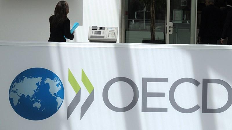 [Infographic] OECD: Thuế thu nhập và bảo hiểm chiếm 25,5% lương