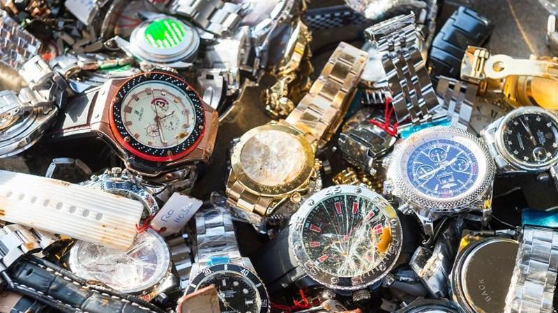 [Video] Thu giữ hàng nghìn đồng hồ, mắt kính nghi hàng giả tại chợ Bến Thành