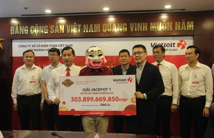 [Video] Công chức đeo mặt nạ múa lân nhận hơn 300 tỷ trúng Jackpot