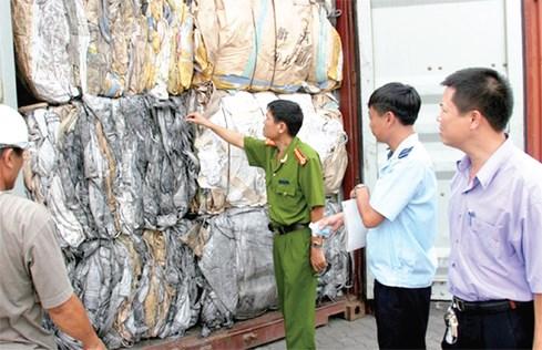 Lực lượng Cảnh sát môi trường phối hợp với Hải quan phát hiện và xử lý các trường hợp nhập rác thải về Hải Phòng. Nguồn: Internet