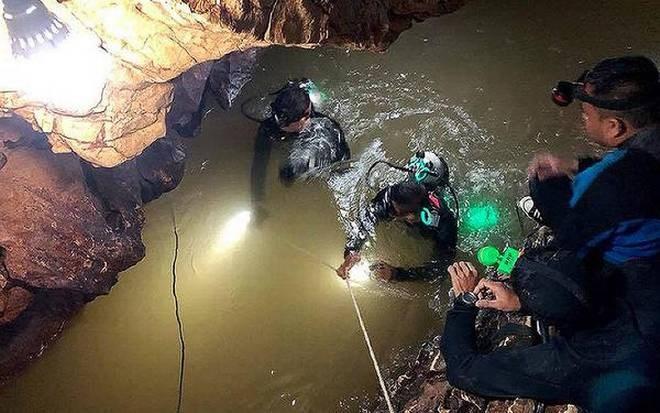 [Infographic] Thợ lặn giải cứu thiếu niên mắc kẹt trong hang Tham Luang thế nào?