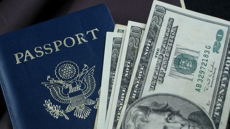 """[Infographic] Giới siêu giàu mất bao nhiêu để """"mua"""" hộ chiếu thứ hai?"""