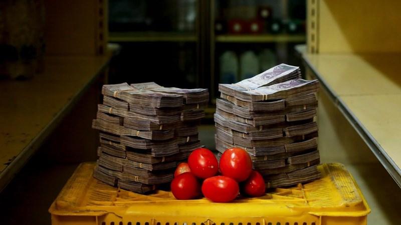 """Trước ngày đổi tiền, người Venezuela như """"ngồi trên đống lửa"""""""