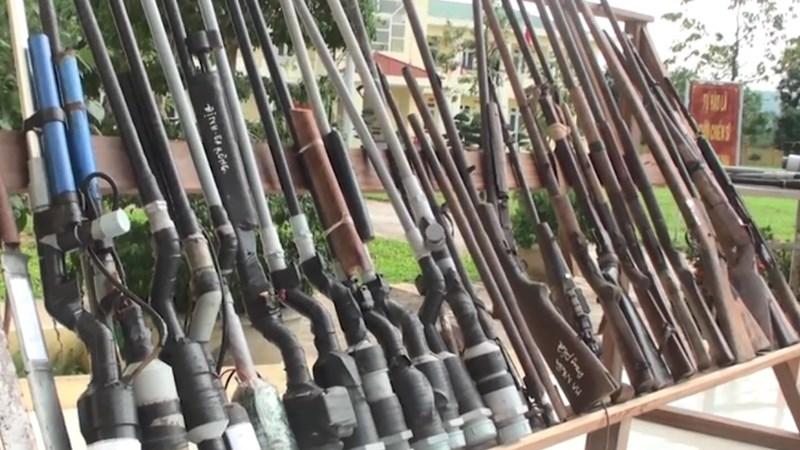 [Video] Hàng trăm khẩu súng được người dân giao nộp