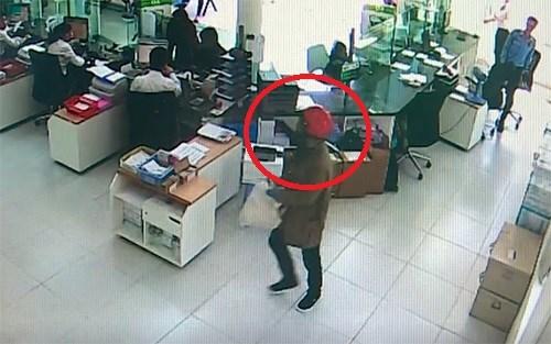 [Video] Nhận dạng hai kẻ tình nghi dùng súng cướp ngân hàng ở Khánh Hoà